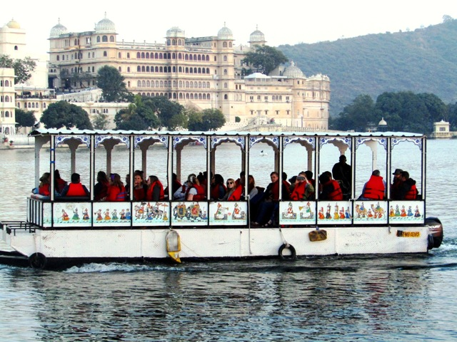 Boat cruise Pichola lake